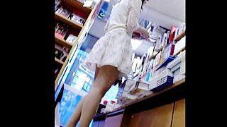 【盗撮動画】本屋でアップしてから徐々に難易度を上げてスカメクパンチラ撮りしてる靴カメ撮り師♪