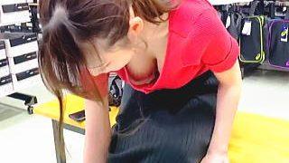 【盗撮動画】靴屋でスニーカーを試着してる女の子の生物兵器レベルの胸チラに毒され癒される♪