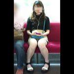 【盗撮動画】疲れきった僕の目の前に座ってムチ脚パンチラで癒してくれたのは素朴なJDてした♪
