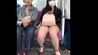 【盗撮動画】肉々しく美味しそうな美脚を豪快に晒して男たちに視姦されたがってるH系ミニスカ女子♪