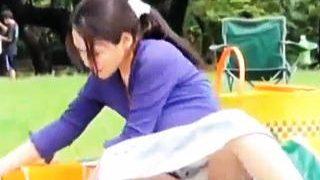 【盗撮動画】娘と一緒に公園にピクニックにやって来たユルユルお母さんの完熟パンチラと胸チラ♪