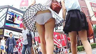 【盗撮動画】王道の風パンチラと強制逆さパンチラを撮られたカラオケ店に向かってる女子たち♪