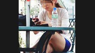 【盗撮動画】「暇だし撮ってもいいよ♪」的にカフェのテラス席でパンチラ放出してる女子大生♪